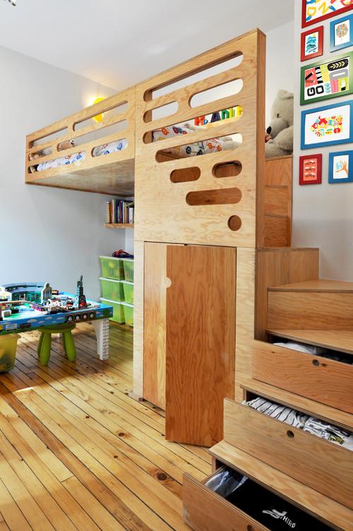 с кроватью на втором уровне и столом на первом дерево