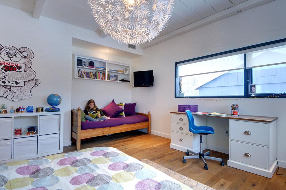 Foto de dormitorio infantil de 4 a 10 años, de estilo de casa de campo, con paredes blancas y suelo de madera en tonos medios