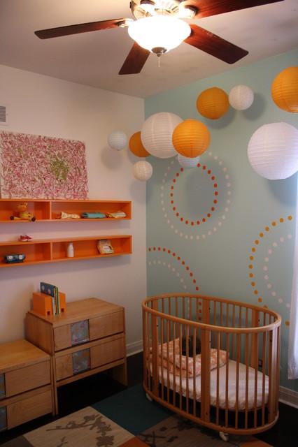 Дизайн детской комнаты для младенца.  На фото изображена детская комната для младенца.  Комната оформлена в светлых...