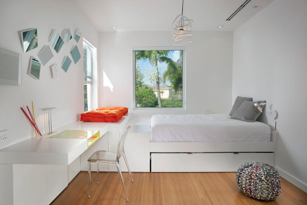 Inspiration pour une chambre d'enfant minimaliste avec un mur blanc et un sol en bois brun.