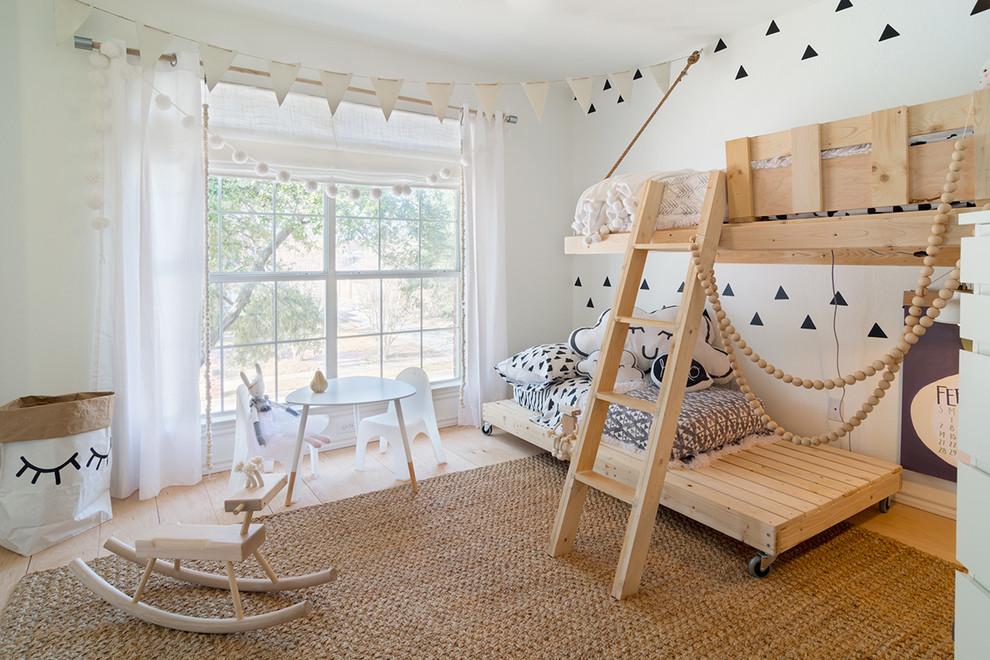 Aménagement d'une petite chambre d'enfant de 4 à 10 ans scandinave avec un mur blanc et un sol en bois clair.
