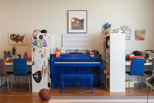 ブルーのピアノがお部屋のアクセントになりとってもキュート。なかなかお目にかかれないブルーのピアノがすごく新鮮で、色をあわせた椅子も超おしゃれなインテリアです☆