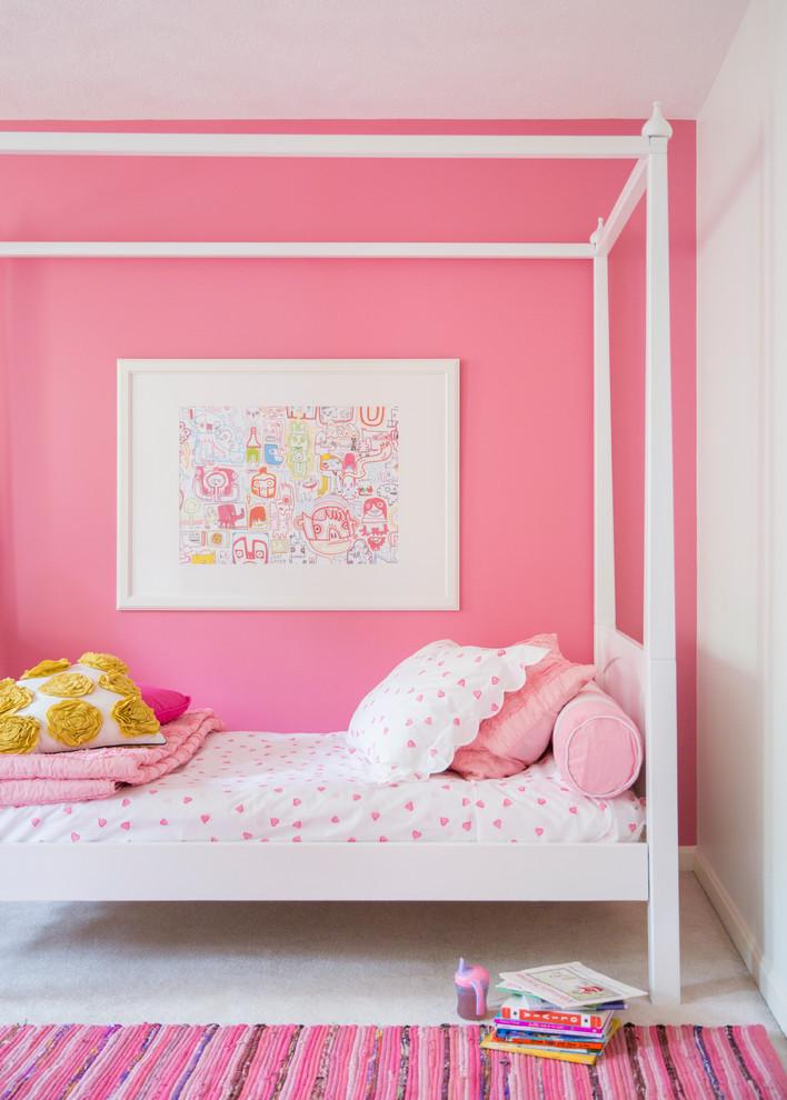 Inredning av ett klassiskt barnrum, med rosa väggar