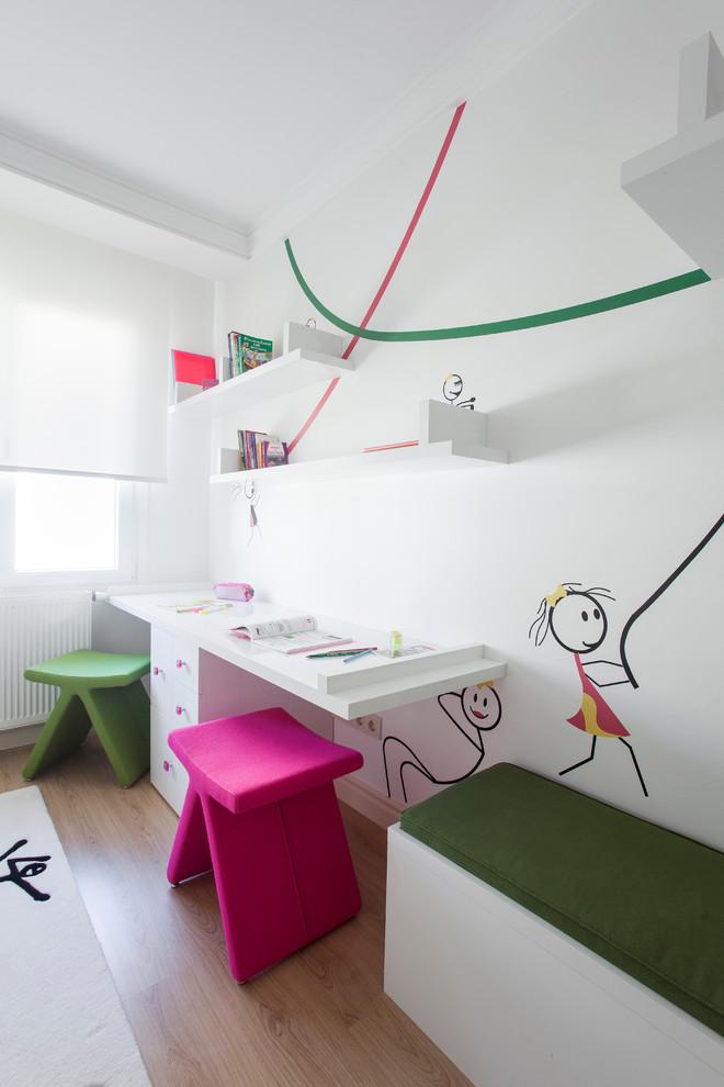 Idée de décoration pour une chambre neutre de 4 à 10 ans design avec un bureau, un mur blanc et un sol en bois clair.