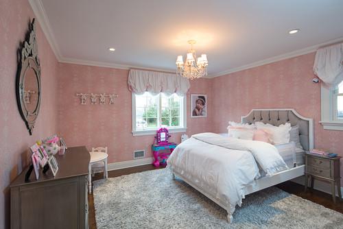 淡いピンクの壁紙を使った寝室