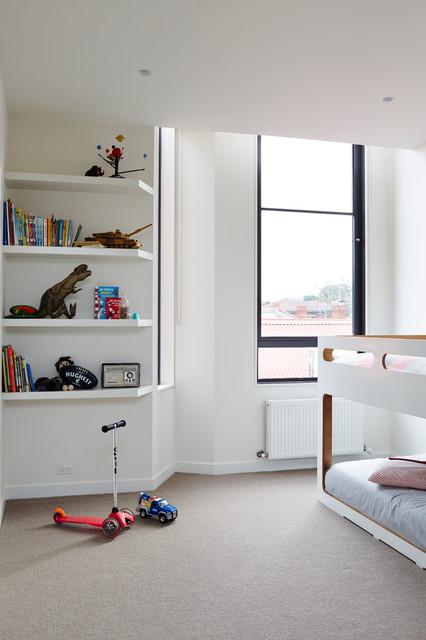 Ispirazione per una cameretta per bambini da 4 a 10 anni minimal con pareti bianche e moquette