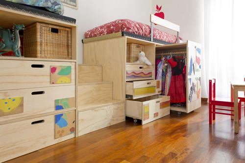 ベッドの下に衣類などの収納場所をまとめて。これなら子供達も自分で仕度がしやすそうですね。