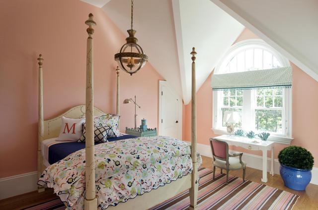 Bild på ett funkis flickrum, med rosa väggar