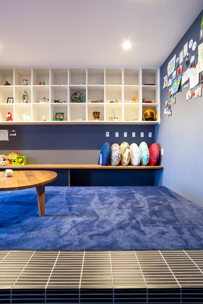 Mid-sized trendy gender-neutral carpeted kids' room photo in Tokyo with blue walls