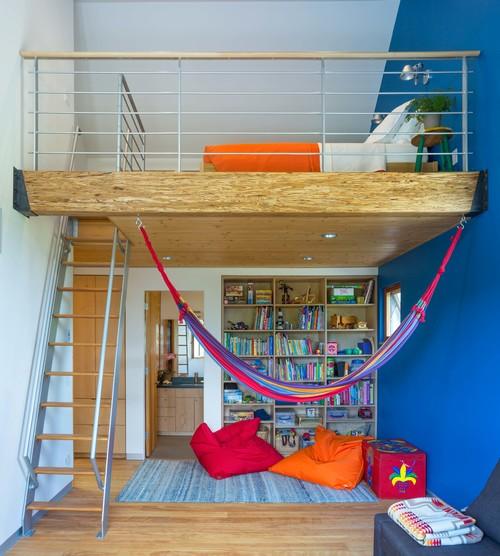 高さのある部屋の上の空間をベッドルームに。しっかりしたロフトの床からハンモックを吊るして。床、ハンモック、ベッドルームといろんな空間の使い方ができます。
