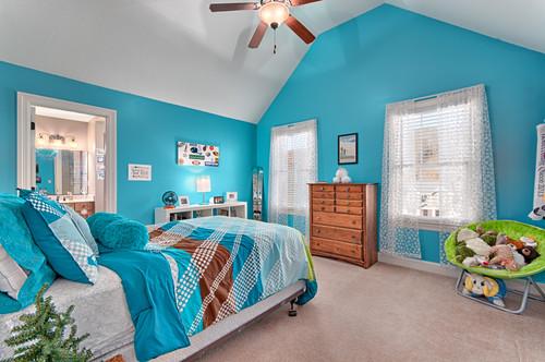 水色の壁紙を使った寝室