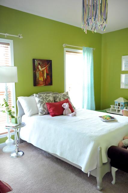Exemple d'une chambre de fille éclectique avec un mur vert.