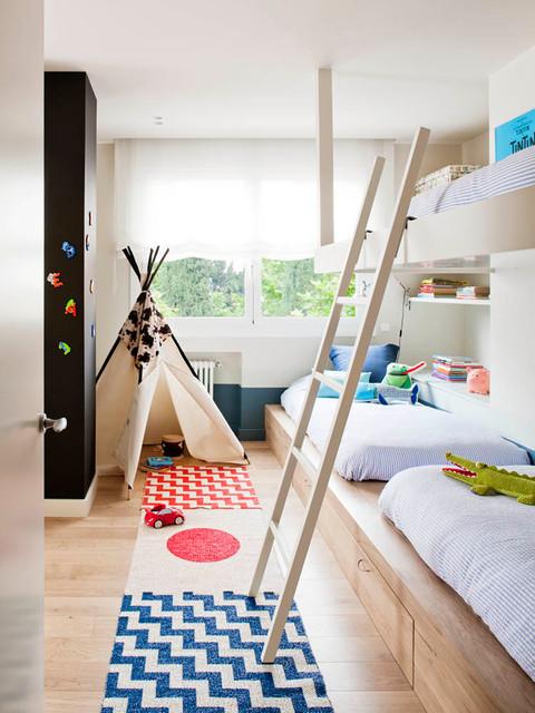 Modelo de dormitorio infantil de 4 a 10 años, nórdico, pequeño, con paredes beige y suelo de madera clara