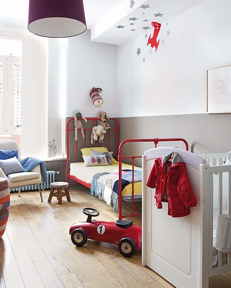 Diseño de dormitorio infantil de 1 a 3 años, nórdico, de tamaño medio, con paredes multicolor y suelo de madera clara