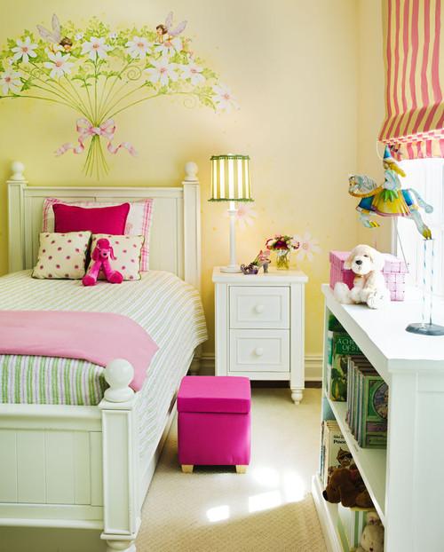 шеби шик розовый желтый красный белый с цветами росписью на стене полосатые шторы прикроватная тумба