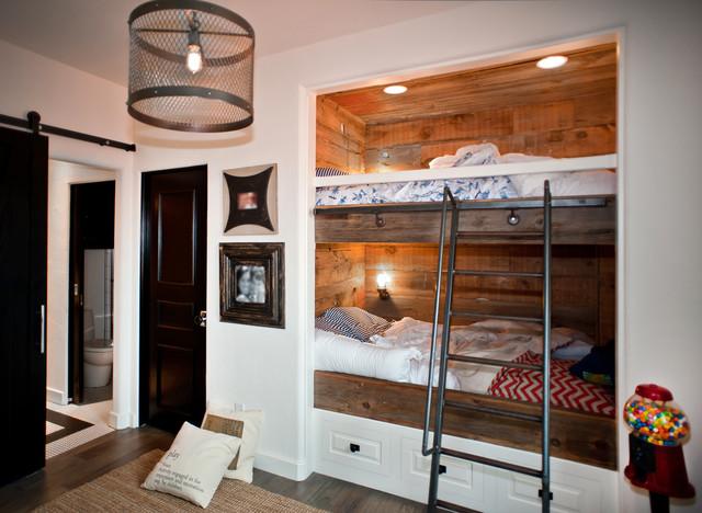 Industriell inredning av ett mellanstort könsneutralt tonårsrum, med vita väggar och mörkt trägolv