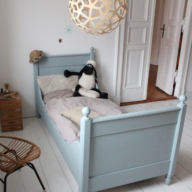 antikes kinderbett im kinderzimmer im vintage stil. Black Bedroom Furniture Sets. Home Design Ideas