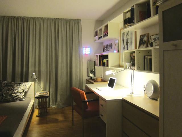 schreibtisch im jugendzimmer am abend modern. Black Bedroom Furniture Sets. Home Design Ideas