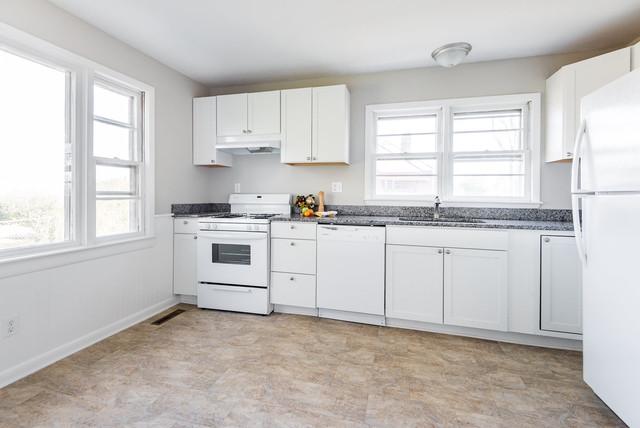 Kitchen - traditional kitchen idea in Richmond