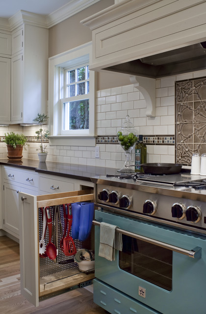 1920 Colonial Kitchen