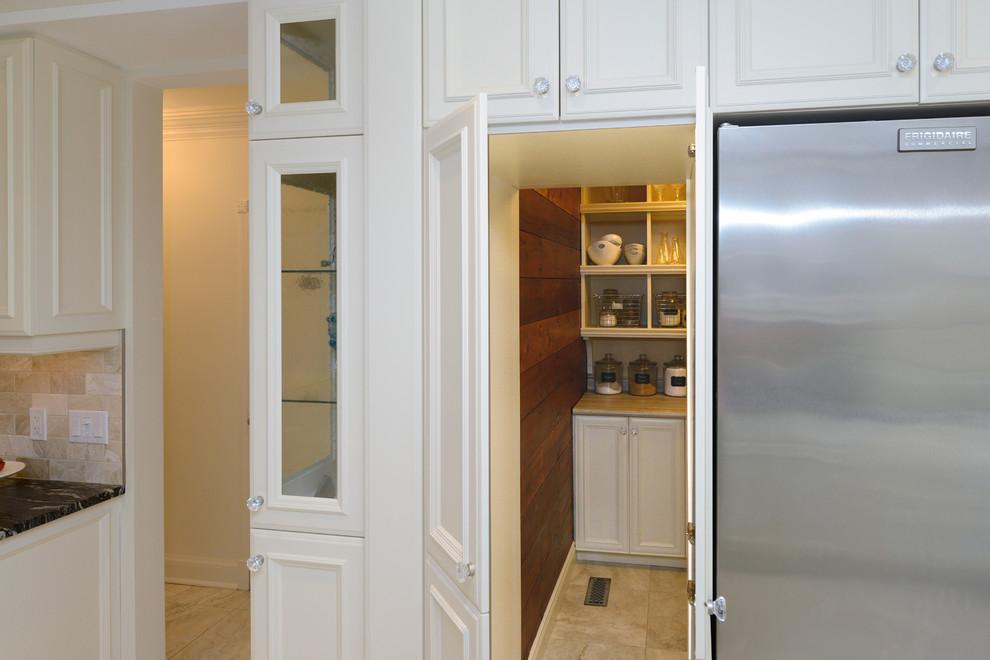 Свежая идея для дизайна: угловая кухня в классическом стиле с кладовкой, фасадами с утопленной филенкой, белыми фасадами, столешницей из ламината и полом из керамогранита - отличное фото интерьера
