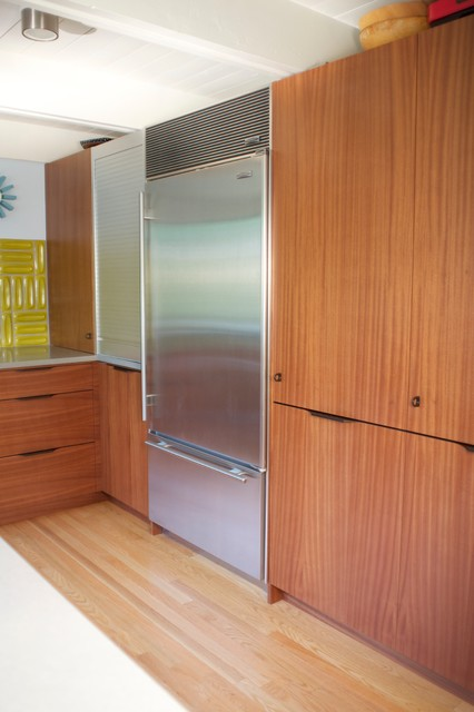 Example of a mid-sized 1960s u-shaped light wood floor kitchen pantry design in Denver with a double-bowl sink, flat-panel cabinets, medium tone wood cabinets, quartz countertops, yellow backsplash and stainless steel appliances