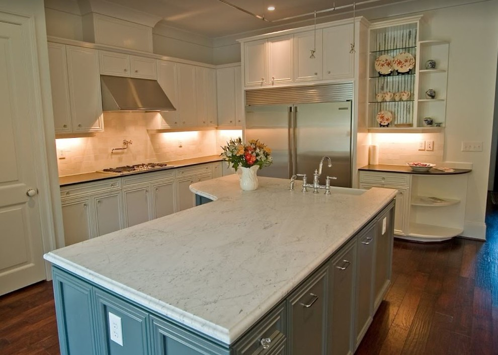 Eat-in kitchen - traditional l-shaped dark wood floor and brown floor eat-in kitchen idea in Miami with a farmhouse sink, marble countertops, white backsplash, stainless steel appliances and an island