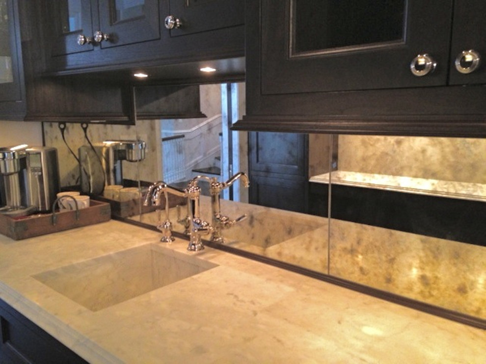 Example of an eat-in kitchen design in Chicago with glass sheet backsplash