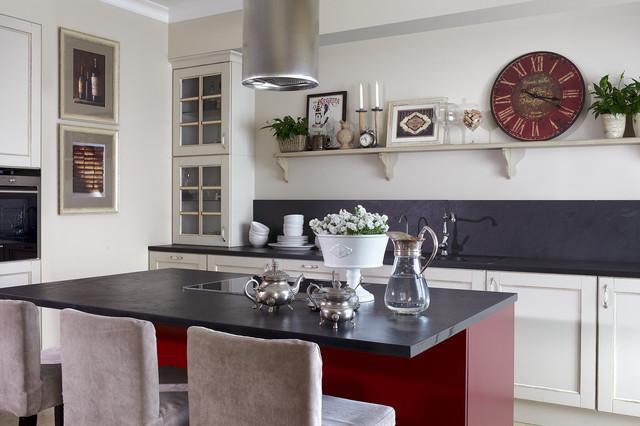 Выдающиеся фото от архитекторов и дизайнеров интерьера: кухня в современном стиле с накладной раковиной, фасадами с утопленной филенкой, бежевыми фасадами, черным фартуком и островом