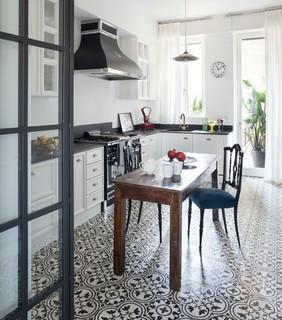 Cucina country con pavimento con piastrelle in ceramica ...