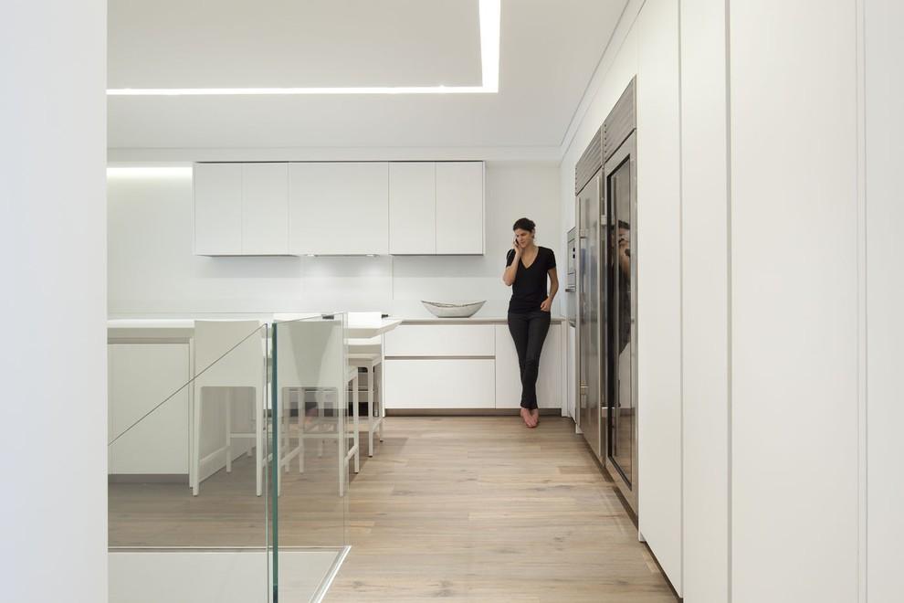 Example of a minimalist kitchen design in Tel Aviv