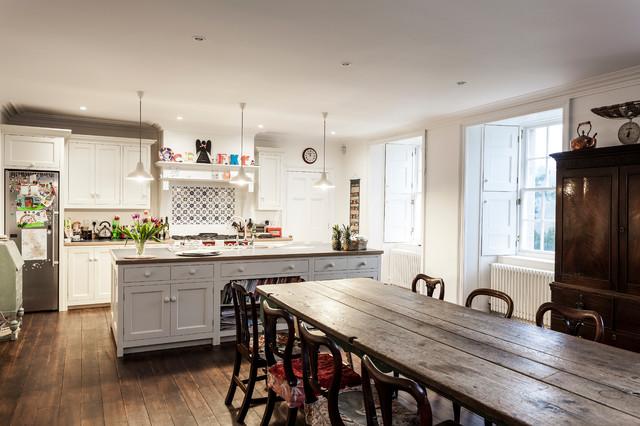 Zweizeilige Klassische Wohnküche mit braunem Holzboden, Kücheninsel, Schrankfronten im Shaker-Stil, weißen Schränken, bunter Rückwand, Rückwand aus Mosaikfliesen und Küchengeräten aus Edelstahl in Edinburgh