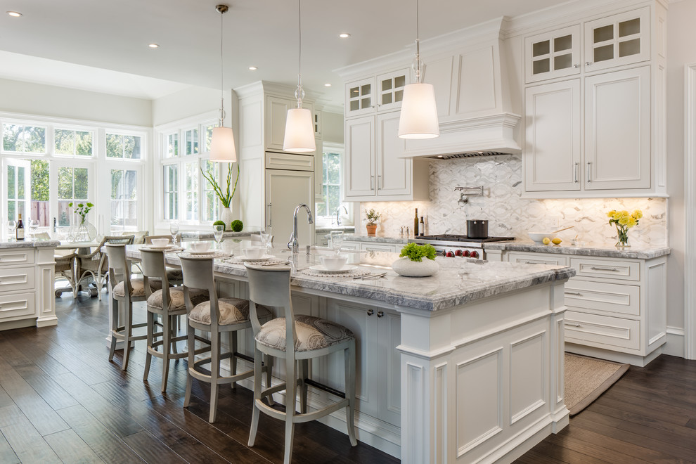 Example of a classic kitchen design in Cleveland