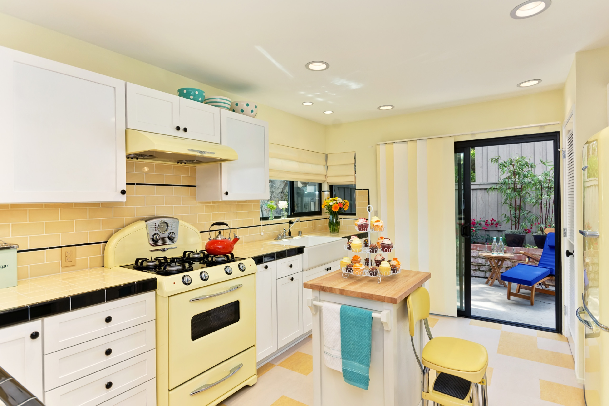 75 Beautiful Yellow Kitchen With Colored Appliances Pictures Ideas December 2020 Houzz