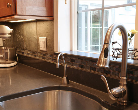 Quartz backsplash home design ideas pictures remodel and for Beaverton kitchen cabinets reviews
