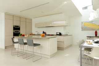 Bellamy A Sleek And Contemporary Open Plan Kitchen And Dining Space Contemporary Kitchen