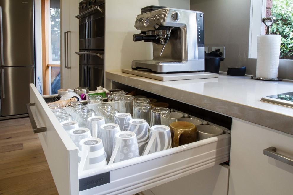Kitchen - contemporary kitchen idea in Melbourne