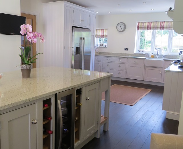 Bespoke Shaker 70 In Frame Kitchen With River White