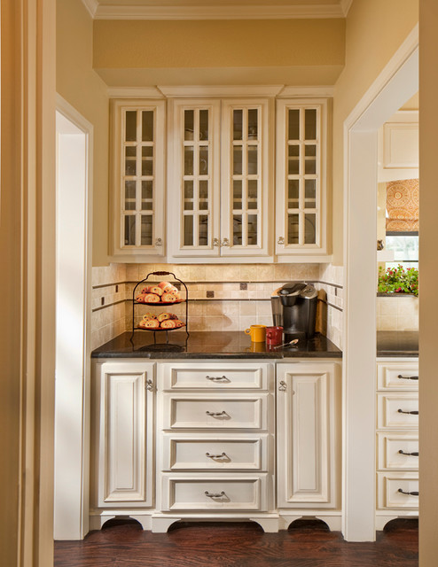 Beverage Station/Butler's Pantry - Traditional - Kitchen ...