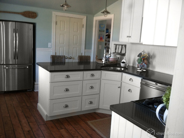 Black and White Beach Cottage Kitchen - Traditional ...