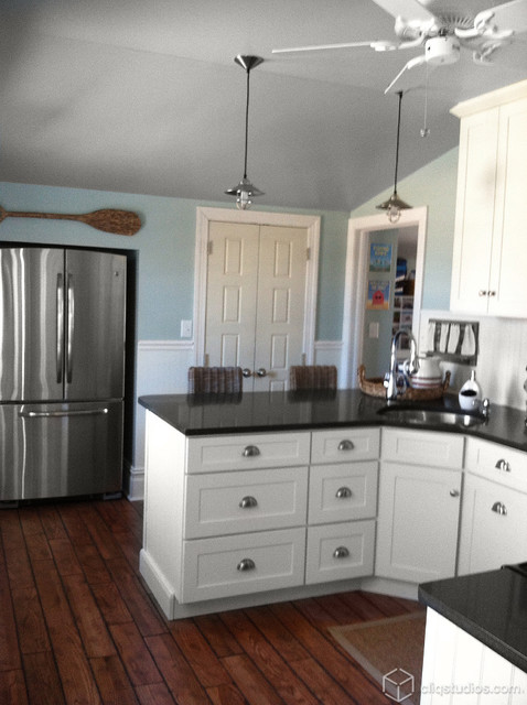 White And Black Traditional Kitchen black and white beach cottage kitchen - traditional - kitchen