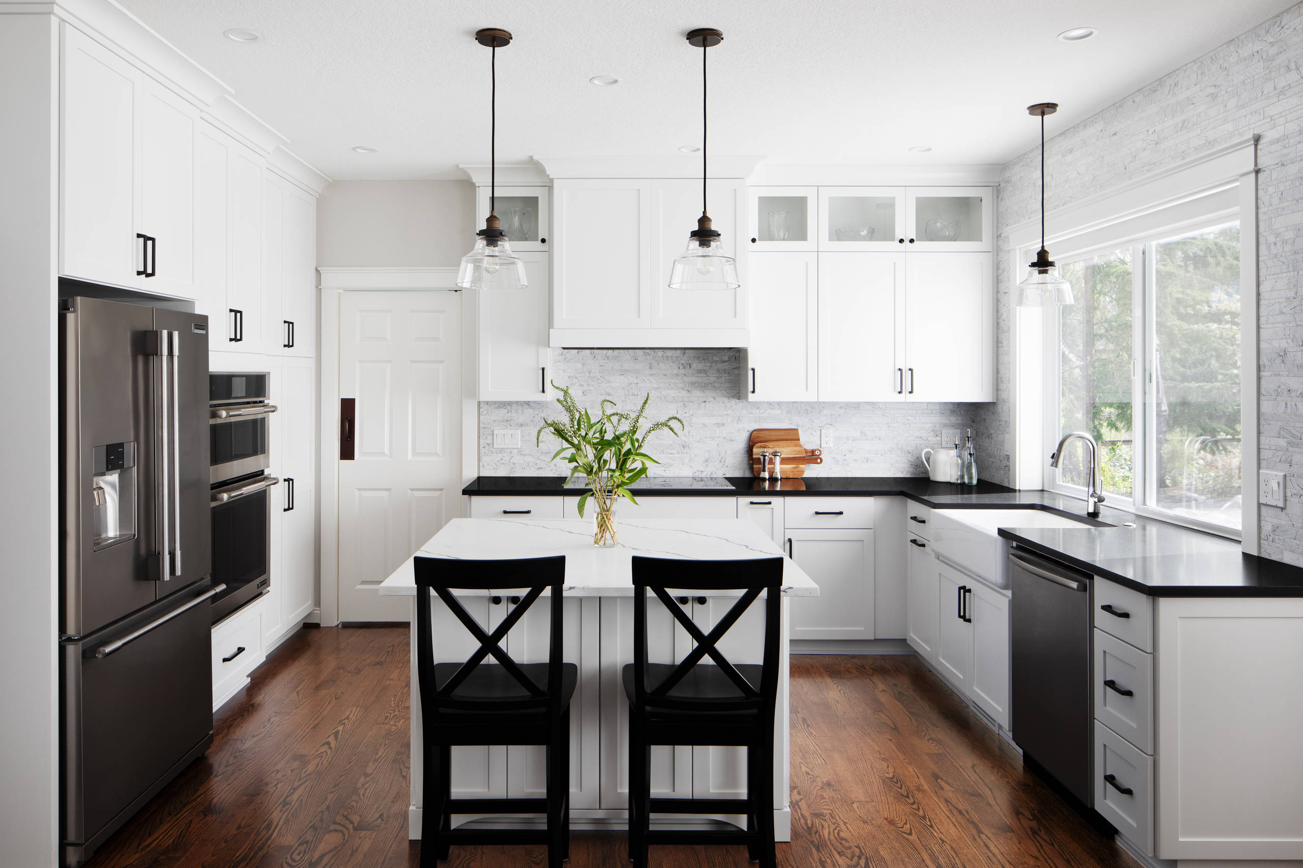 75 Beautiful White Kitchen With Black Countertops Pictures Ideas July 2021 Houzz