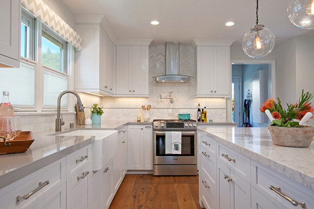shaker kitchen cabinets bright cheerful cottage 2170