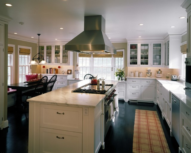 Kitchen Traditional Idea In Seattle With A Farmhouse Sink