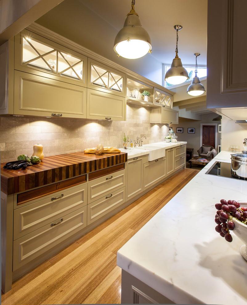 Kitchen - traditional kitchen idea in Brisbane