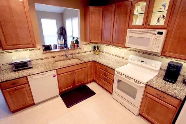 Example Of A Small Clic L Shaped Kitchen Design In Cleveland With An Undermount Sink