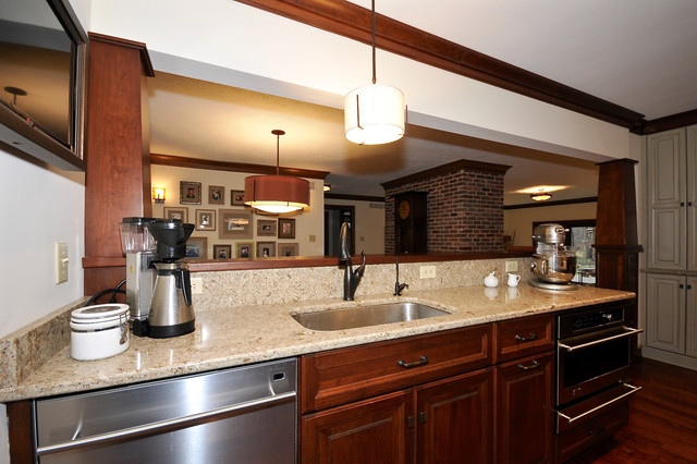 Kitchen - traditional kitchen idea in Indianapolis