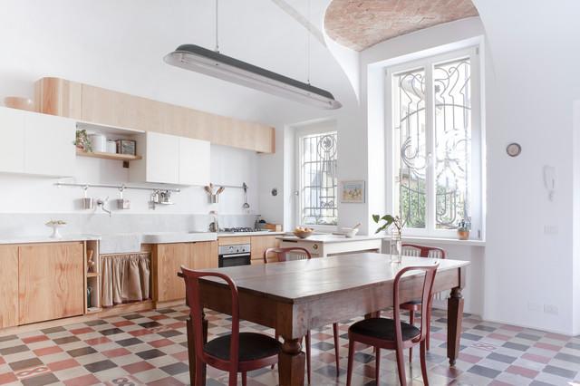 Esempio di una grande cucina eclettica con ante lisce, ante in legno chiaro, paraspruzzi grigio, elettrodomestici in acciaio inossidabile, penisola e pavimento con piastrelle in ceramica