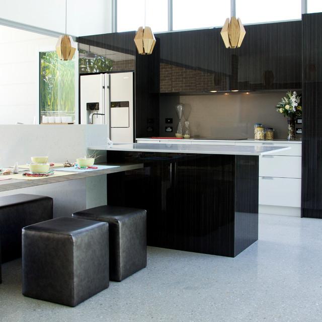 Foto di una cucina design con ante lisce e ante in legno bruno