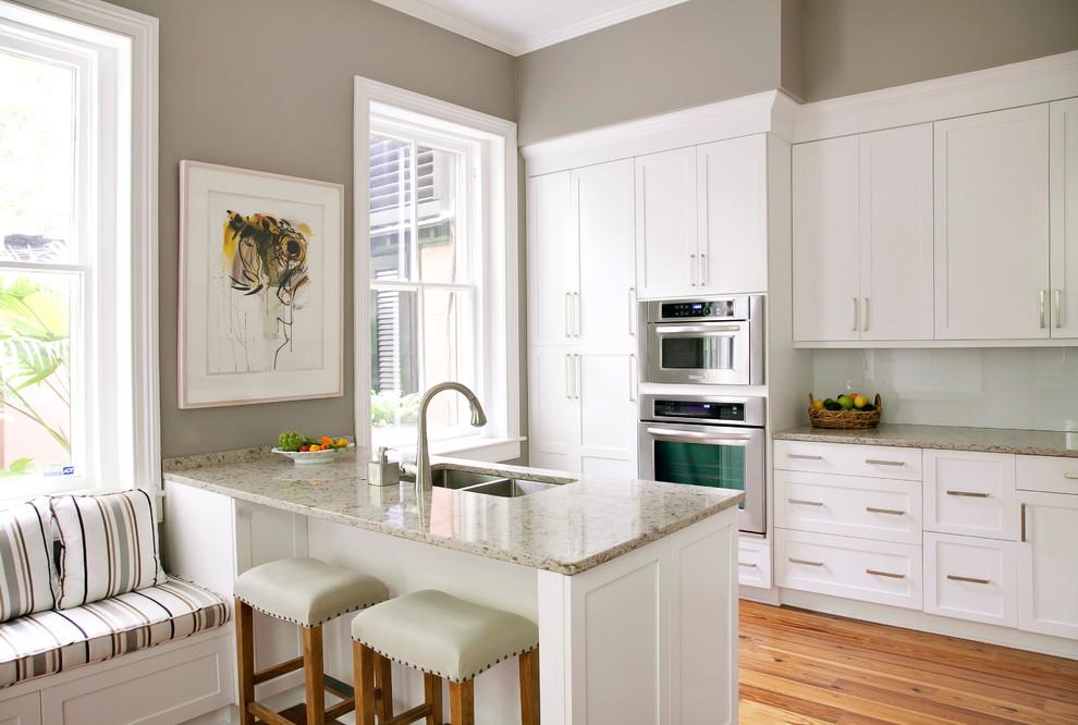 Kitchen - traditional kitchen idea in Charleston